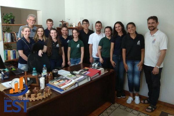 Estudantes conhecem sede da IECLB